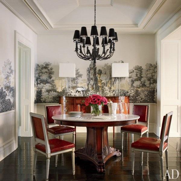 Có thể thấy, ngoài kiểu dáng và thiết kế của các món đồ nội thất chủ đạo như bộ bàn ăn hay đèn chùm thì những bức bích họa cũng giúp làm tăng tính nghệ thuật và sự sang trọng của không gian phòng ăn nhà nữ diễn viên gạo cội của làng điện ảnh Mỹ- Julianna Margulies.