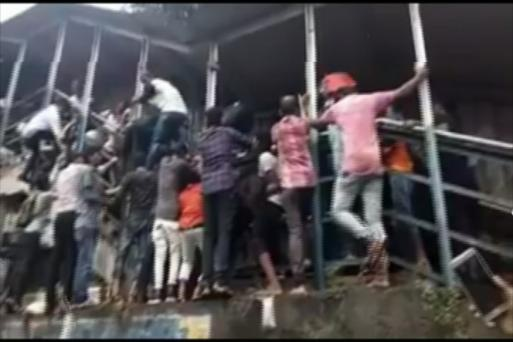 Khung cảnh hỗn loạn tại hiện trường vụ giẫm đạp gây thương vong lớn tại Mumbai. (Ảnh: News18)