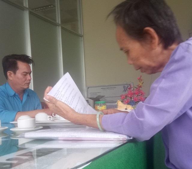 Nhà giáo Lê Thị Trưởng đang trình bày sự việc với ông Đặng Công Khánh, cán bộ Phòng Tiếp Công dân huyện Trần Đề.