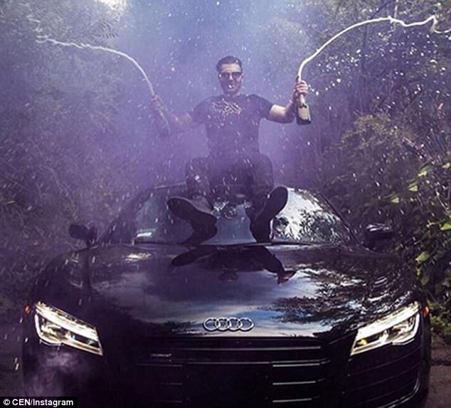 Một thanh niên trong Hội nhà giàu Nga ngồi trên chiếc Audi R8 và bật tung nắp chai sâm panh để ăn mừng.