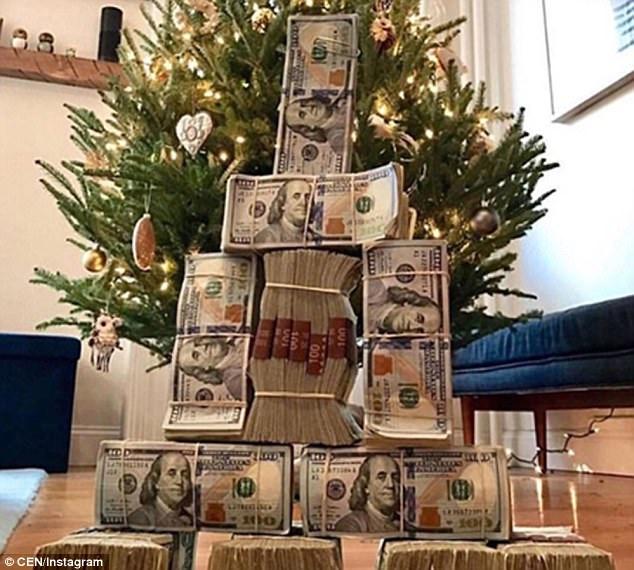 Đã là thành viên của Hội nhà giàu sẽ phải ăn mừng đẳng cấp khác. Những bó tiền với mệnh giá 100 USD được xếp chồng lên nhau tạo thành hình cây thông Noel.