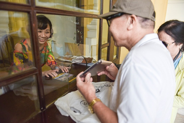 Người dân mua vé vào tham quan Nhà hát Lớn trong ngày khai trương. Ảnh: Toàn Vũ.