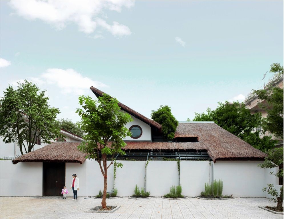 Nằm ngay trên trục đường lớn giữa thành phố Biên Hòa, có một ngôi biệt thự được thiết kế theo phong cách làng quê mộc mạc với mái lá rộng và các khoảng hiên nép mình dưới những tán cây. Chủ của căn nhà là anh Mai Phú Phong. Ngay trên mảnh đất cũ của gia đình, anh Phong muốn dựng lại ngôi nhà của tuổi thơ vẫn còn vẹn nguyên trong ký ức.