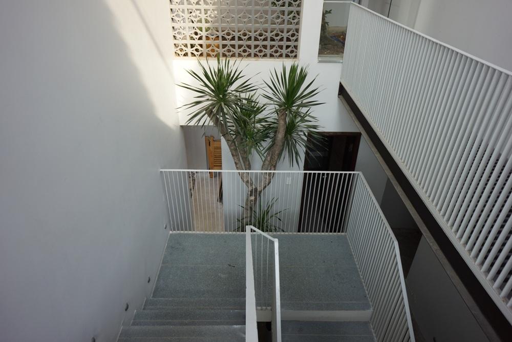 Từng lối đi cũng được chú trọng bằng cách tạo nên đường gấp khúc nhỏ ở tay vịn cầu thang, đặt một chậu cây để bổ sung sắc xanh hay khéo léo đan cài một mảng tường có họa tiết khác lạ,…
