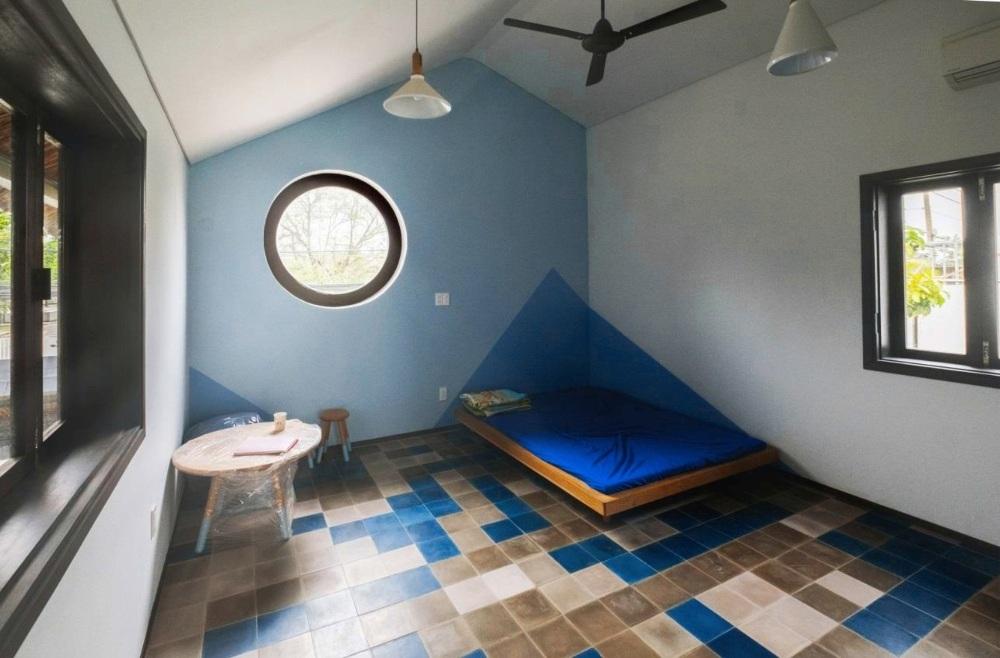 Khá nhiều khung cửa sổ được xếp đặt trong một không gian với ý đồ tận dụng tối đa ánh sáng thiên nhiên.