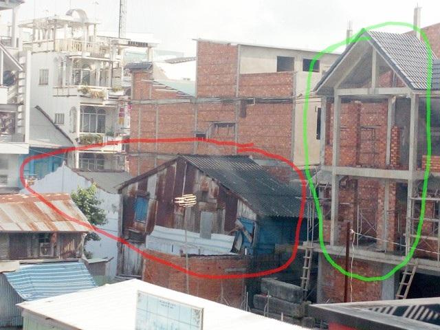 Nhà ông Cường có 2 căn (vòng đỏ) nằm đấu lưng với căn nhà phố (vòng xanh) đang được xây dựng thuộc dự án.