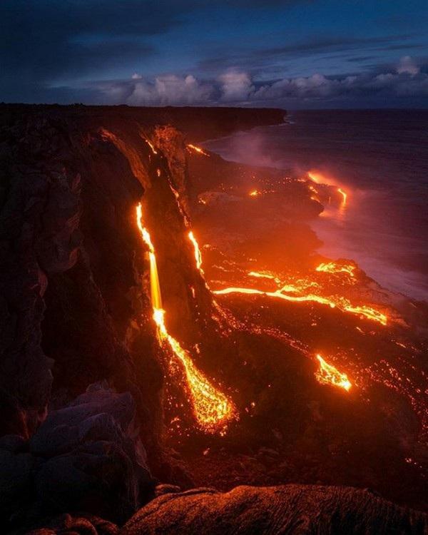 Dung nham phun trào từ một ngọn núi lửa ở Hawaii