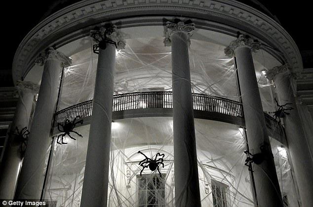 Các gia đình quân nhân và các tổ chức cộng đồng cũng được mời tới Nhà Trắng lần này. Văn phòng của bà Melania cho biết các trang trí khác lạ nhằm tạo không khí cho lễ hội Halloween. (Ảnh: Getty)
