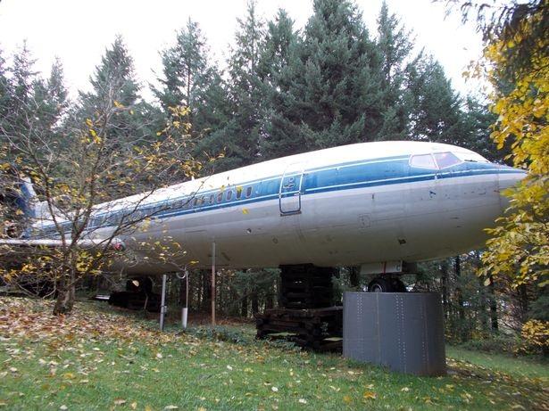 Một mình sống giữa rừng trong chiếc Boeing 727 - 1