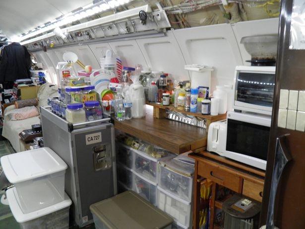 Một mình sống giữa rừng trong chiếc Boeing 727 - 5