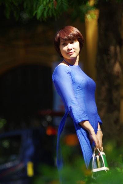 Nhà văn Nguyễn Quỳnh Trang duyên dáng trong bộ trang phục áo dài biến tấu nhẹ nhàng.