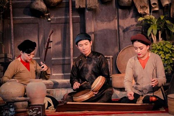 Nhạc sĩ Quang Long (giữa) biểu diễn cùng nhóm Xẩm Hà Thành.