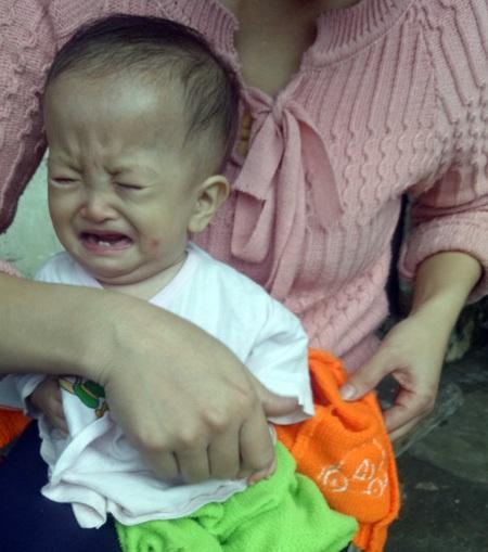 Bé Thanh Nhàn khóc suốt ngày vì bệnh tật dày vò.