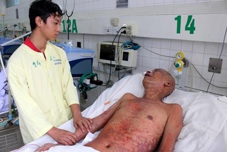 Quang Linh đau đớn nhìn cha trên giường bệnh, cháu đang là trụ cột của gia đình