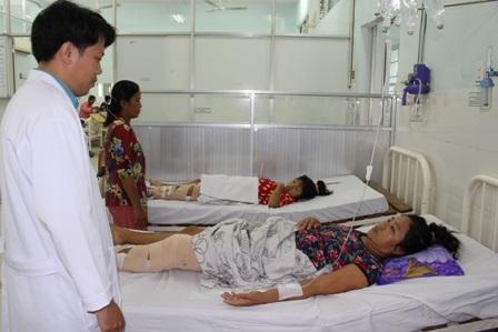Chị Út Hiền cũng con gái với đôi chân bị gãy chưa có điều kiện phẫu thuật kết hợp xương