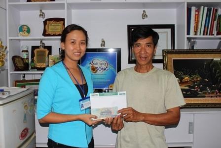 Đại diện Bệnh viện Chợ Rẫy trao tiền bạn đọc Dân trí hỗ trợ đến bố bệnh nhân Thúy Quyên