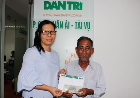 Nhà báo Toàn Thắng trao tiền bạn đọc Dân trí giúp đỡ gia đình