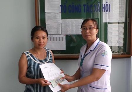 Đại diện Phòng Công tác Xã hội trao tiền bạn đọc Dân trí giúp đỡ gia đình chị Thùy Linh
