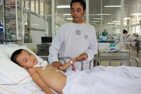 Anh Được đau đớn, cố kiềm nén những dòng nước mắt bên giường bệnh của con trai