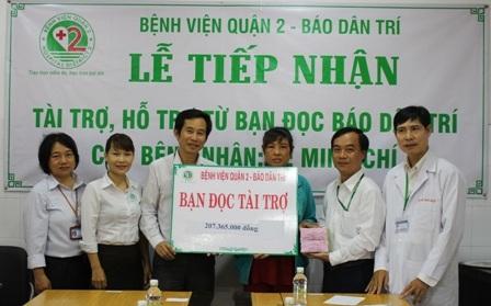 BS Trần Văn Khanh cùng lãnh đạo bệnh viện trao tiền bạn đọc báo Dân trí giúp đỡ bệnh nhân Minh Chí