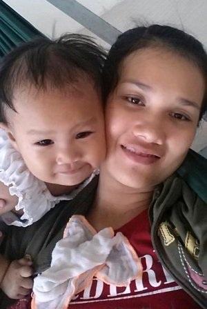 Hai mẹ con quấn quýt bên nhau trước ngày chị Tám nhập viện