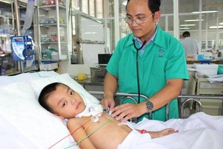 Bác sĩ đang nỗ lực điều trị song nếu thiếu chi phí, sinh mạng bé khó giữ được