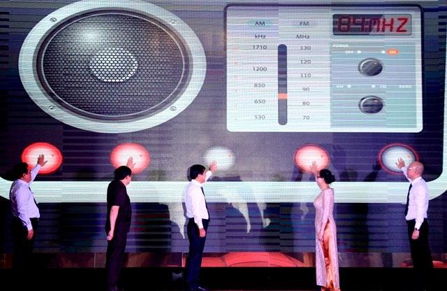 Các đại biểu nhấn nút khởi động kênh Mekong FM