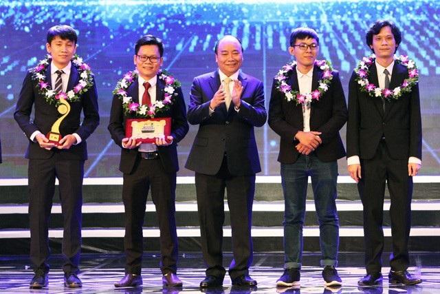 Thủ tướng Nguyễn Xuân Phúc (giữa) trao giải Nhất lĩnh vực CNTT. Trong ảnh, Lê Văn Chung (thứ 2 từ trái qua) (Ảnh: Hữu Nghị).