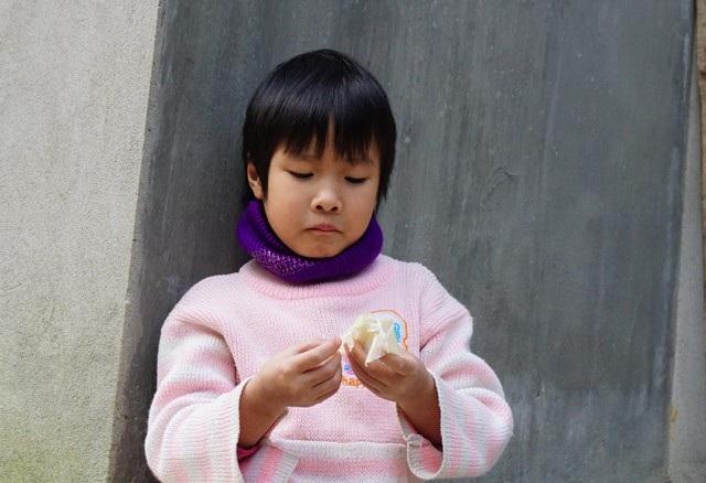 6 tuổi, bé Thảo vừa trải qua cuộc phẫu thuật hở van hai lá nhưng chưa được tái khám