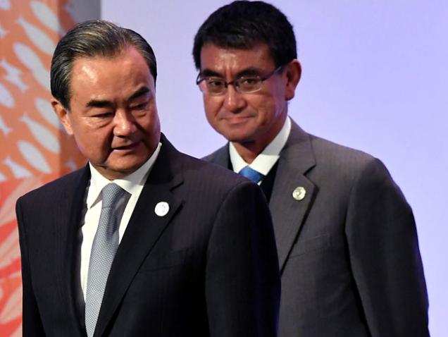 Ngoại trưởng Nhật Bản Taro Kono (phải) và người đồng cấp Trung Quốc Vương Nghị dự một cuộc họp của bộ trưởng ngoại giao các nước ASEAN và các đối tác tại Manila, Philippines hôm 7/8 (Ảnh: Reuters)