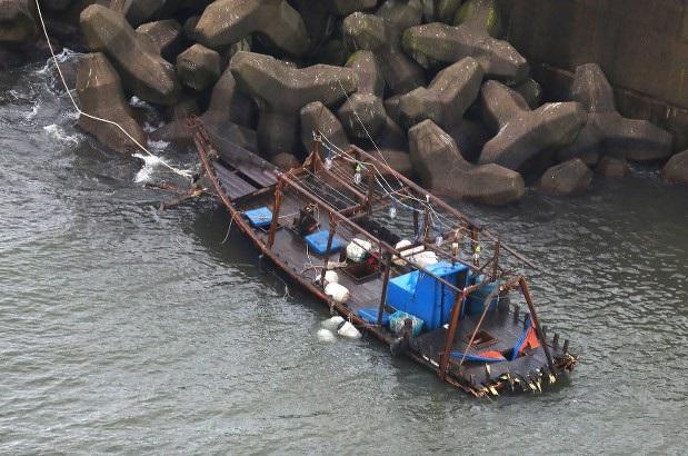 Con tàu nghi chở 8 người Triều Tiên trôi dạt ở Yurihonjo, tỉnh Akita, Nhật Bản hồi tháng 11 (Ảnh: Mainichi)