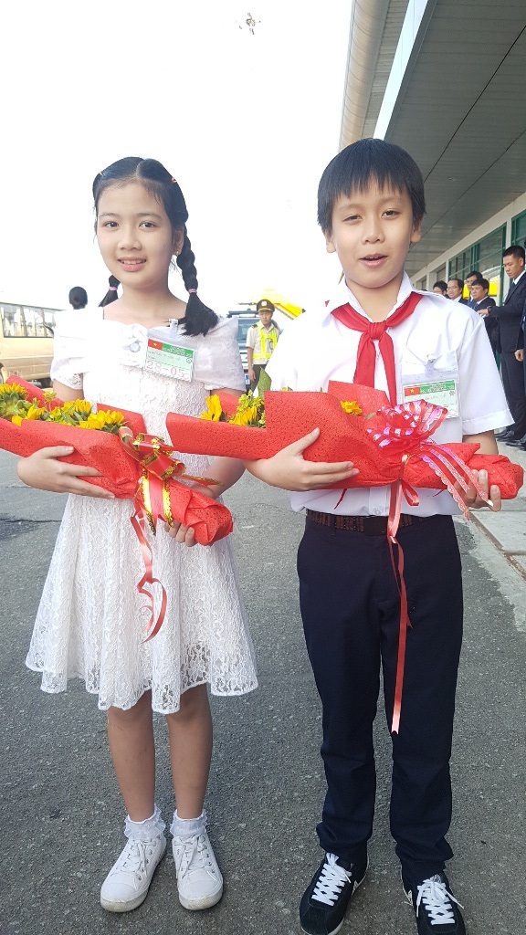 Hai học sinh tặng hoa Nhật hoàng và Hoàng hậu