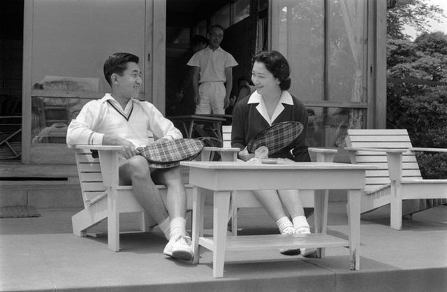 Hoàng Thái tử Akihito và Công nương Michiko chơi tennis sau lễ cưới hồi tháng 4/1959 (Ảnh: Jiji)