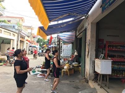 Do diện tích ở trong chợ hẹp nên một số chị em bán hàng ở phía ngoài chợ còn tự tập tại cửa hàng luôn. Đồng thời, cũng giúp chị em tiện trông hàng và bán hàng hơn