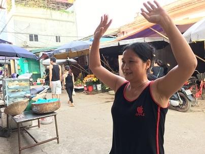 Những điệu nhảy đã trở thành niềm vui vào mỗi buổi chiều cho các tiểu thương ở ngôi chợ này