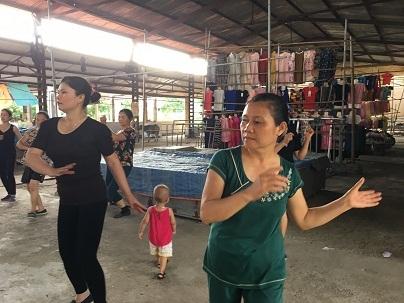 Không khí lớp học nhảy lan tỏa, thu hút rất nhiều đối tượng ở các độ tuổi khác nhau tham gia. Không chỉ có các chị mà các cô, các bà lớn tuổi cũng hào hứng tập nhảy.