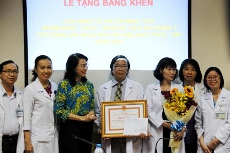 Phó chủ tịch UBND thành phố trao bằng khen cho các bác sĩ