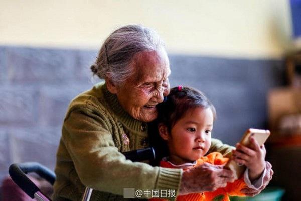 Bà Li đang truyền lại tình yêu nhiếp ảnh cho các cháu và chắt của mình