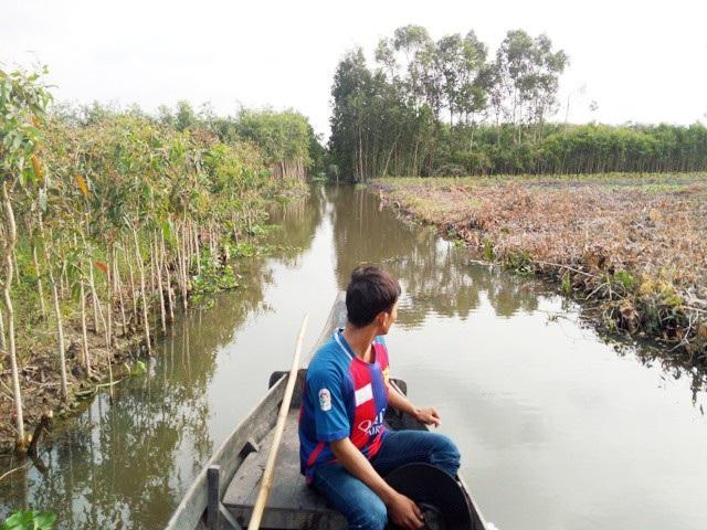 Nhiều hộ dân gặp khó khăn trong việc vận chuyển hàng hóa sau khi bị chắn 2 đầu kênh.