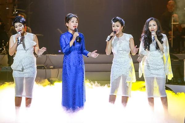 Bông Mai xuất hiện trên sân khấu hát cùng nhóm Con gái Nhớ mẹ.