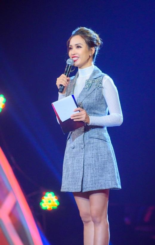 Ca sĩ Ái Phương tiếp tục là MC chính của chương trình với vốn kiến thức âm nhạc lẫn khả năng nói tiếng Anh lưu loát, cô đã thể hiện tốt vai trò của mình.