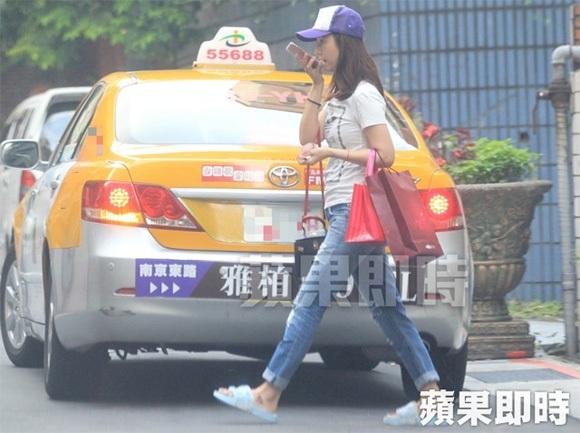 Lâm Tâm Như đi mua sắm một mình gần nhà. Cô vừa đi vừa nói chuyện điện thoại. Cô sinh con gái vào đầu năm 2017 và đã nhanh chóng lấy lại phom dáng nhờ việc vận động, di chuyển và tập luyện thường xuyên.