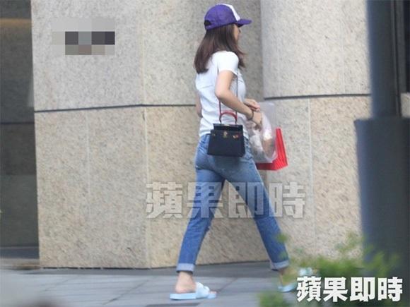 Ngày 14/7, Lâm Tâm Như lọt vào ống kính của giới săn tin khi diện quần jeans, áo phông và dép lê xuống phố. Hình ảnh giản dị này của Lâm Tầm Như khác hẳn hình ảnh sang chảnh, sành điệu của cô tại các sự kiện.