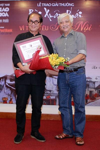 Nhiếp ảnh gia Nguyễn Hữu Bảo nhận giải Tác phẩm của Giải thưởng Bùi Xuân Phái mới đây.