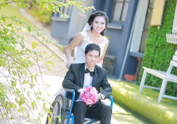 Chị Loan đẩy xe lăn cho chồng trong ngày cưới