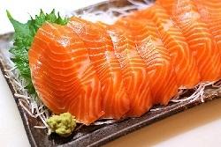 Cá hồi là một trong số các thực phẩm rất giàu Vitamin D.