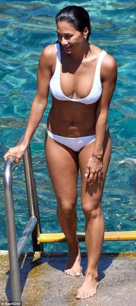 Nicole Scherzinger khoe thân hình bốc lửa trong kỳ nghỉ tại Capri ngày 17/7 vừa qua bên bạn trai Grigor Dimitrov, 1 người kém cô 13 tuổi
