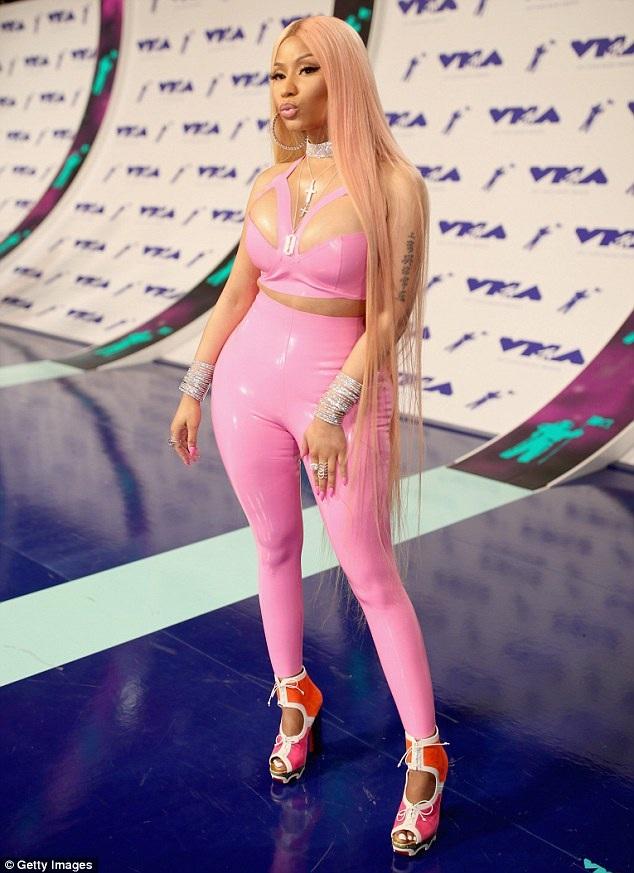 """Nicki Minaj """"bóp nghẹt"""" cơ thể với đồ chất liệu nhựa dẻo - 9"""