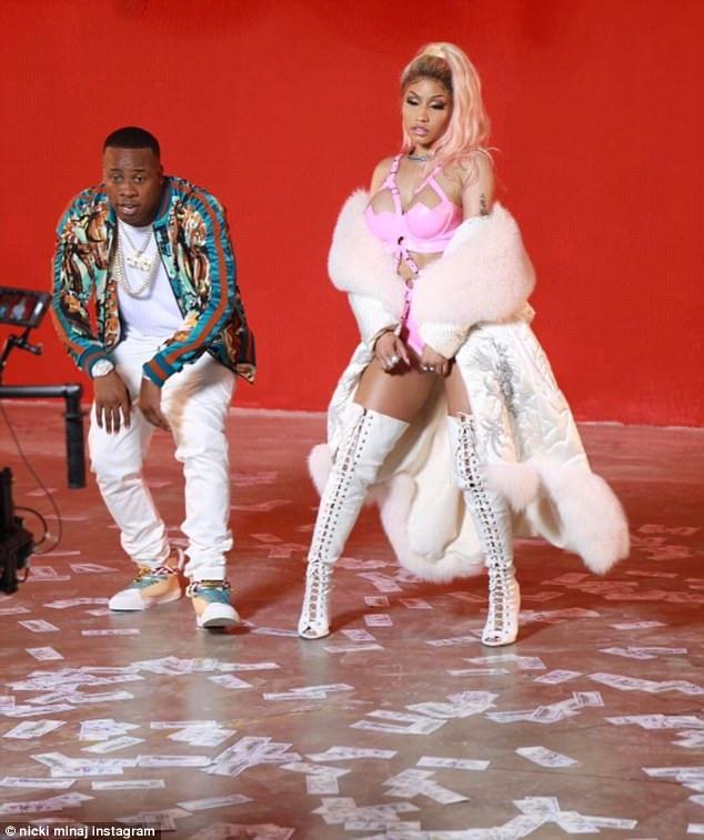 """Nicki Minaj """"bóp nghẹt"""" cơ thể với đồ chất liệu nhựa dẻo - 6"""