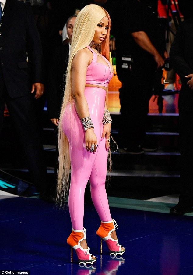 """Nicki Minaj """"bóp nghẹt"""" cơ thể với đồ chất liệu nhựa dẻo - 3"""